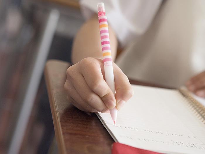 教室机でノートをとる手元